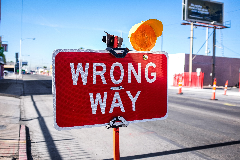 panneau-wrong-way-reference-erreur-des-marketeurs