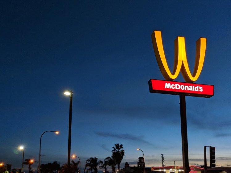 macdonald a inversé son logo en W