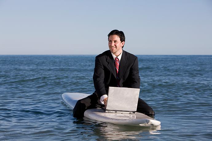En costume sur une planche de surf ? Vraiment ?